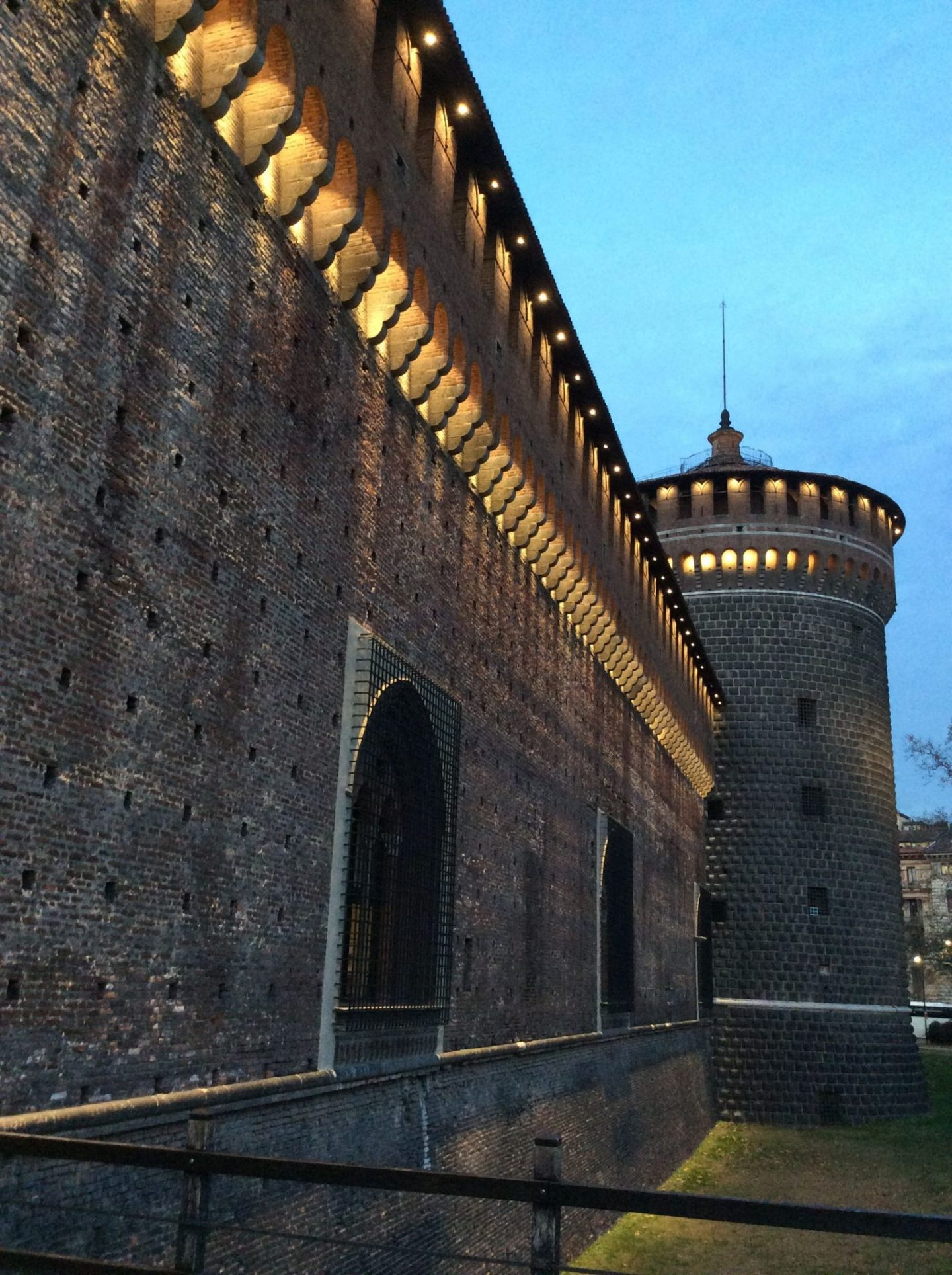 Castle in Milan walls 1440x1928 - The castle in Milan: 1 amazing way to improve your tour in the city