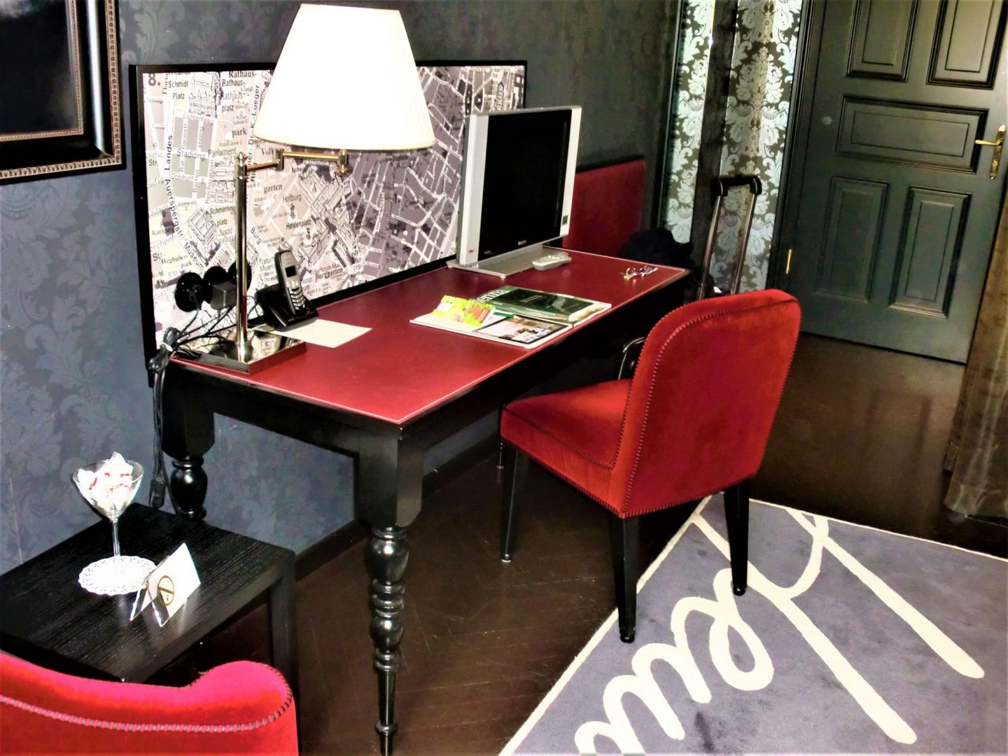 Boutique hotel in Vienna desk 1440x1080 - Boutique hotel in Vienna: 1 amazing place for your stay