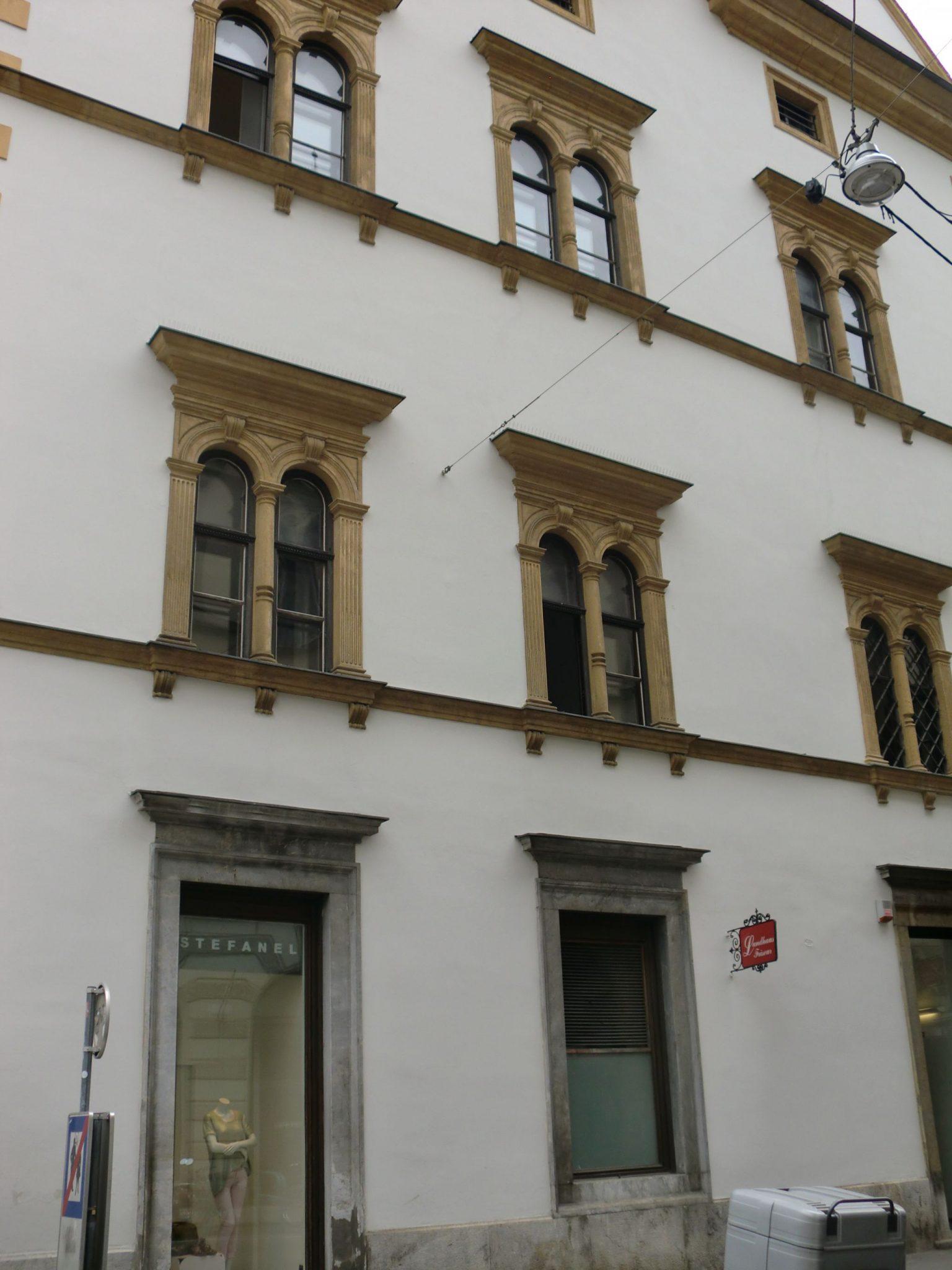 Graz museum entrance 0 - Graz: tradition and modernity