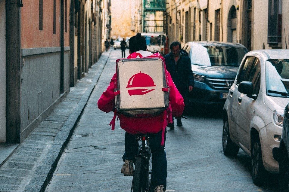 food delivery 1 - Food Delivery: 1 cool way you can use to make money to travel